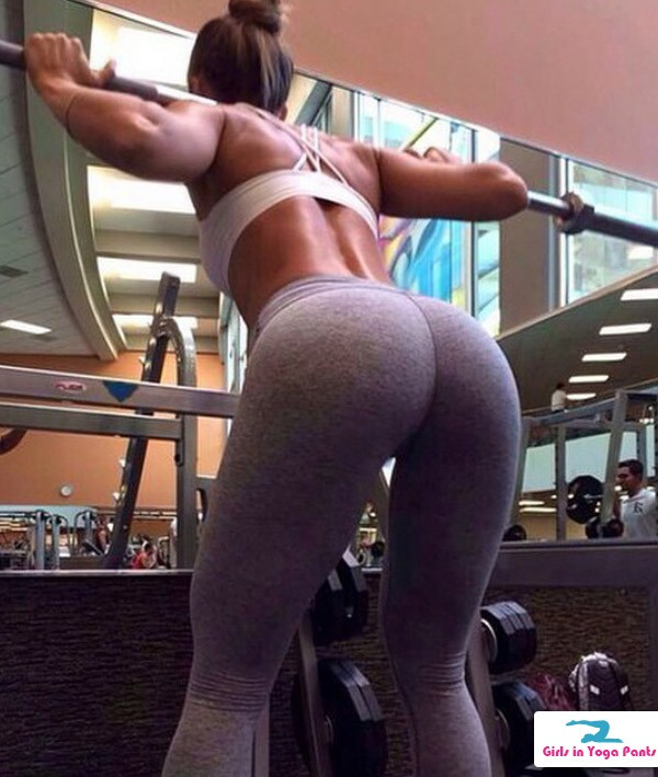 squats-in-yoga-pants
